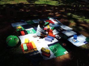 Criança brincando no tapete pedagógico do LPPSI